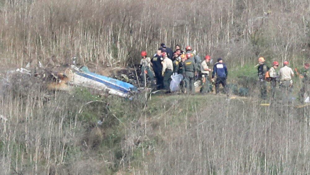 当局はヘリコプターcrash落現場をくまなく調べます。