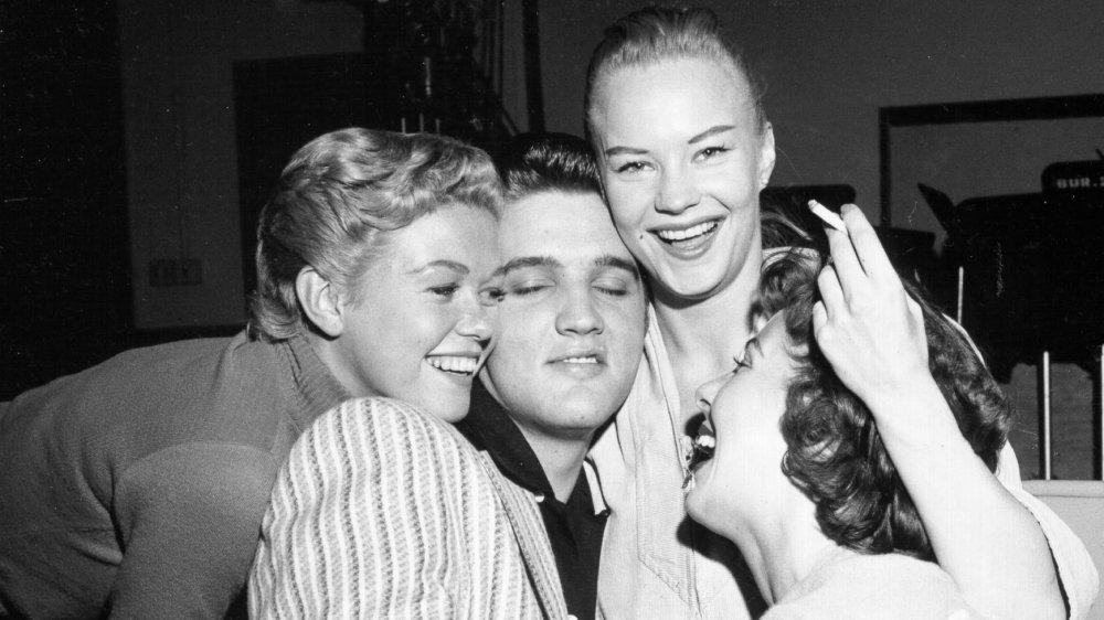 エルビスプレスリーは、1956年の「ミルトンバールショー」のセットで女の子に襲われました。