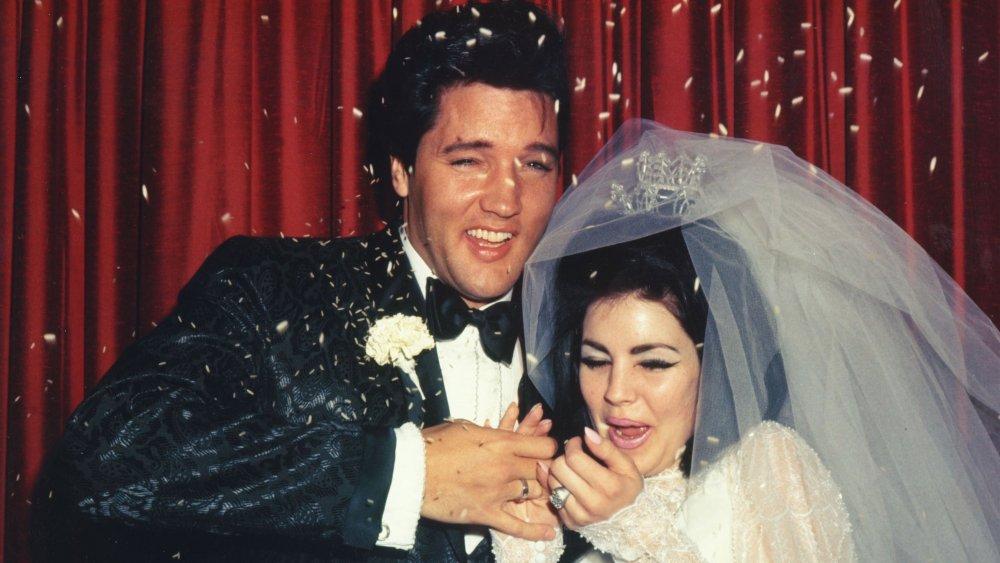 エルビスプレスリーとプリシラプレスリーは結婚式の日に彼らにご飯を投げました