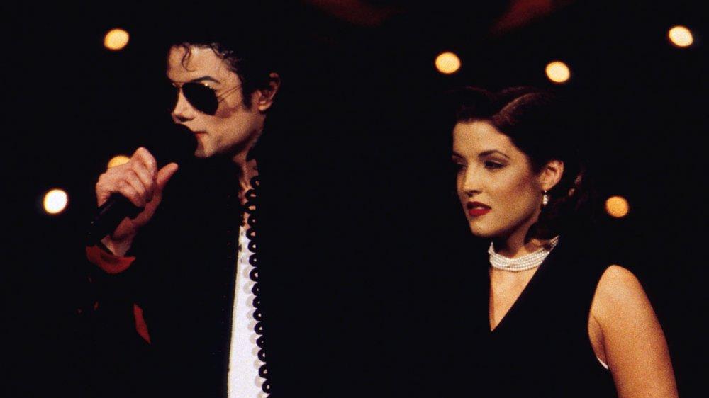 リサマリープレスリーとマイケルジャクソンは、1994年のMTVビデオミュージックアワードに出演します。