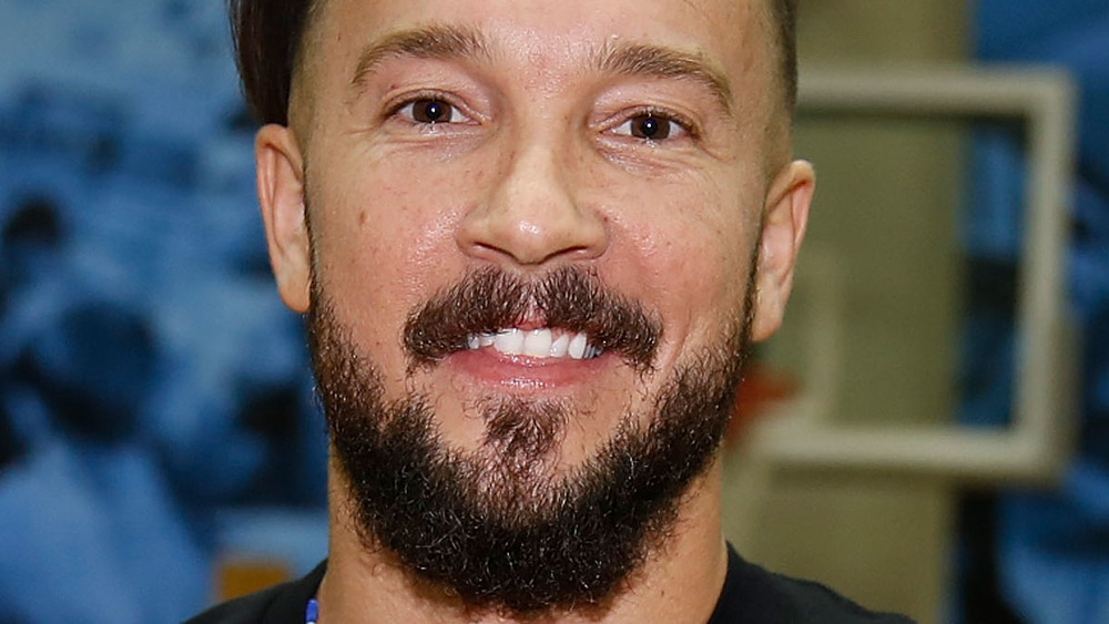 完全なあごひげを生やして笑っているカール・レンツ