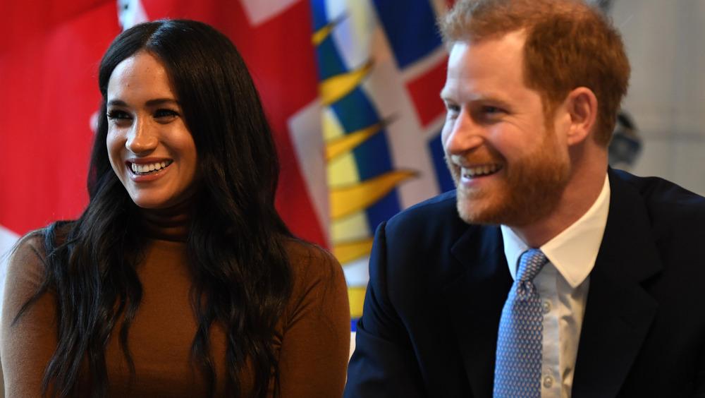 英国のカナダハウスに座っているメーガン・マークルとハリー王子