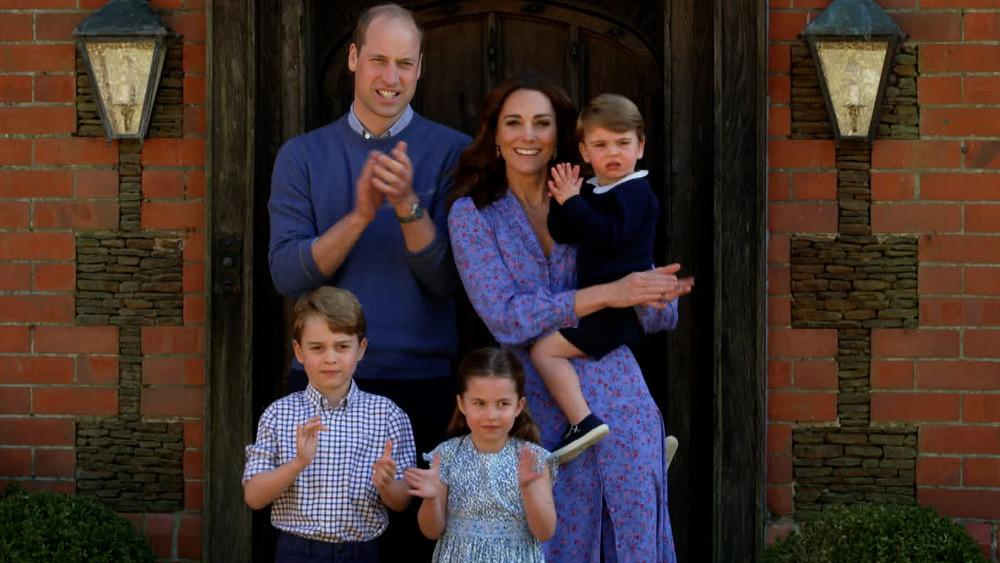 ウィリアム王子とケイトミドルトンが子供たち、ジョージ王子、シャーロット王女、ルイ王子とポーズをとる