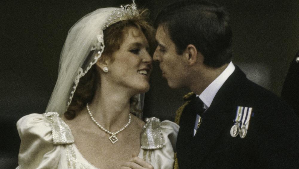 サラ・ファーガソンとアンドリュー王子が結婚式の日に微笑んでいる
