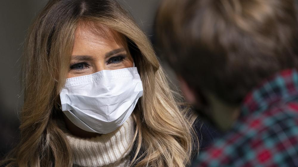マスクをかぶったメラニア・トランプ