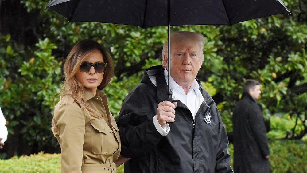 雨の中を歩くメラニアとドナルド・トランプ