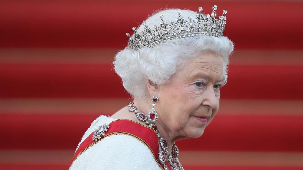 エリザベス女王が歩いている