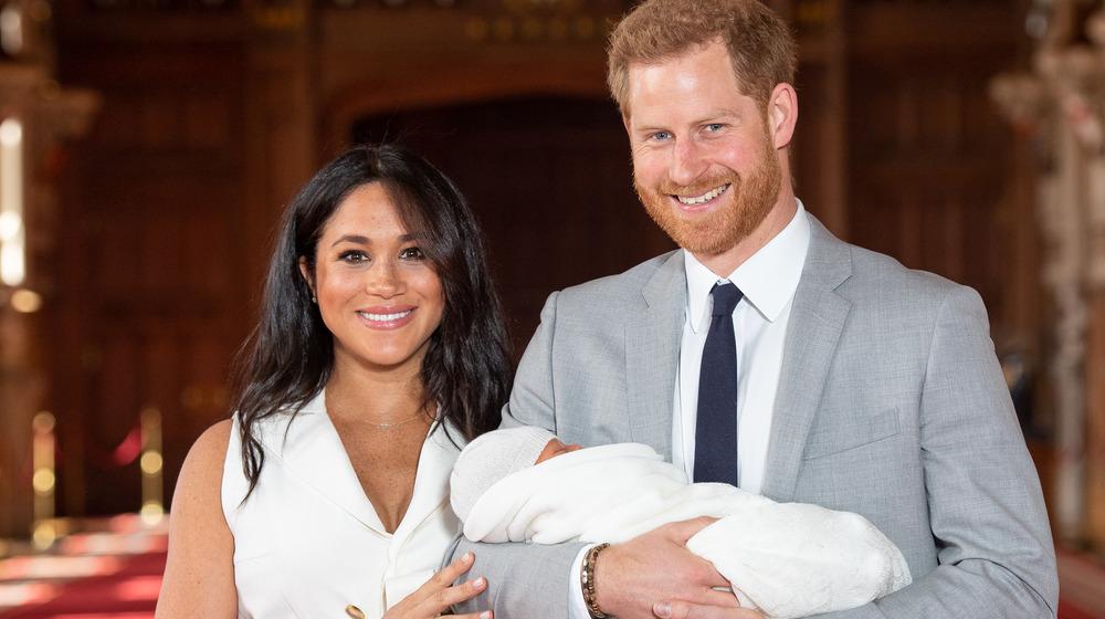 メーガン・マークルとハリー王子がアーチーを抱いている