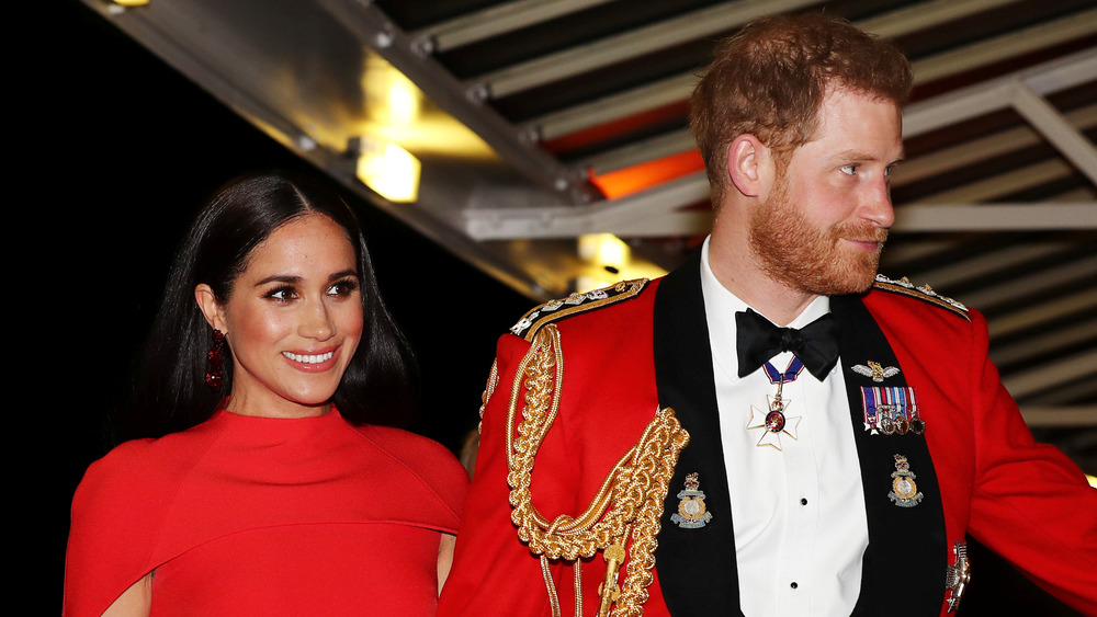 一緒に歩いているメーガン・マークルとハリー王子