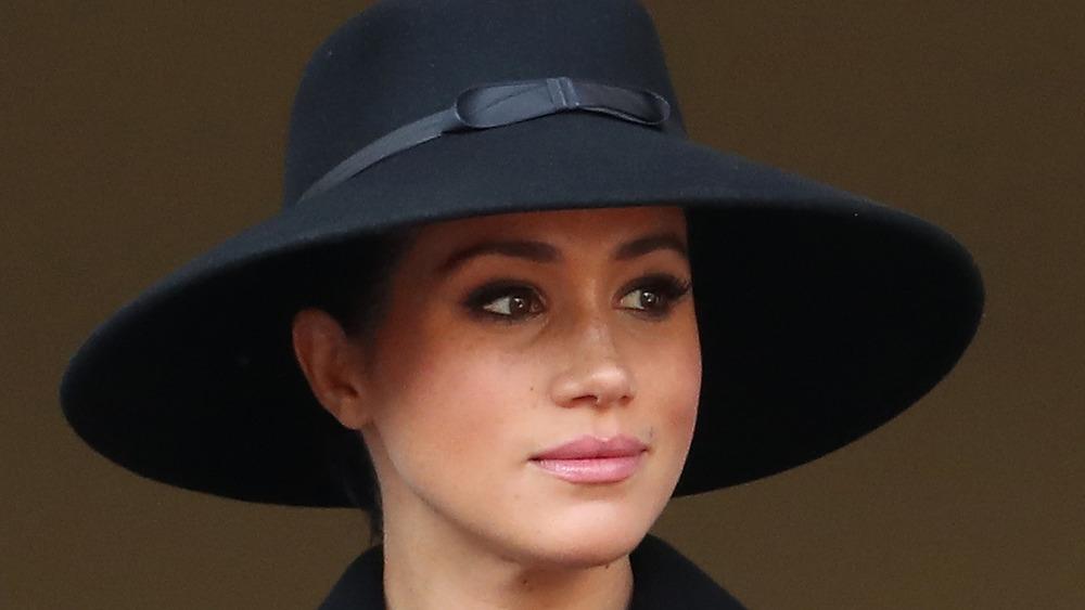 黒い帽子をかぶったメーガン・マークル