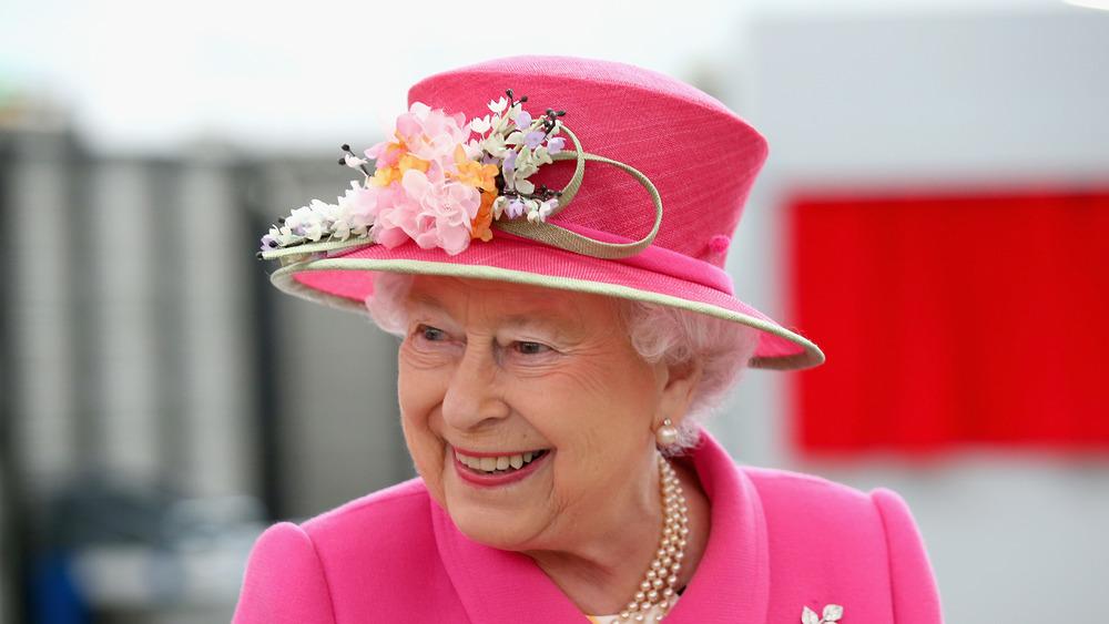 ピンクのスーツを着たエリザベス女王