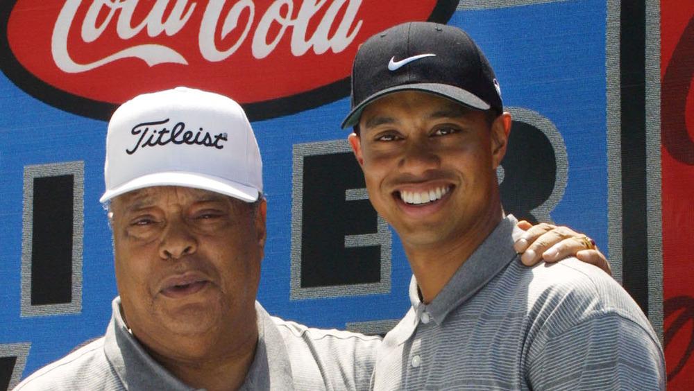タイガーウッズと彼のお父さんのアールウッズは2001年のゴルフファンデーションイベントでポーズをとる