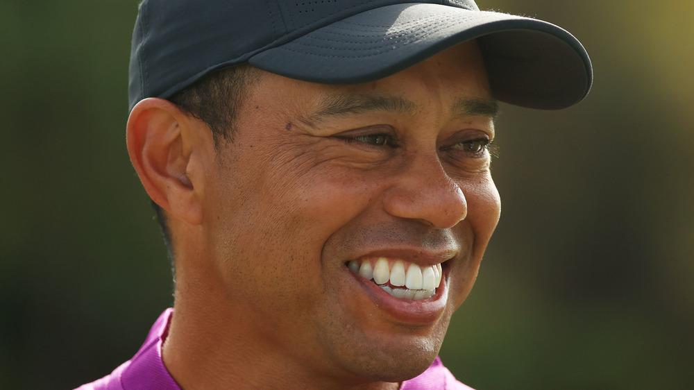 ゴルフをするタイガーウッズ