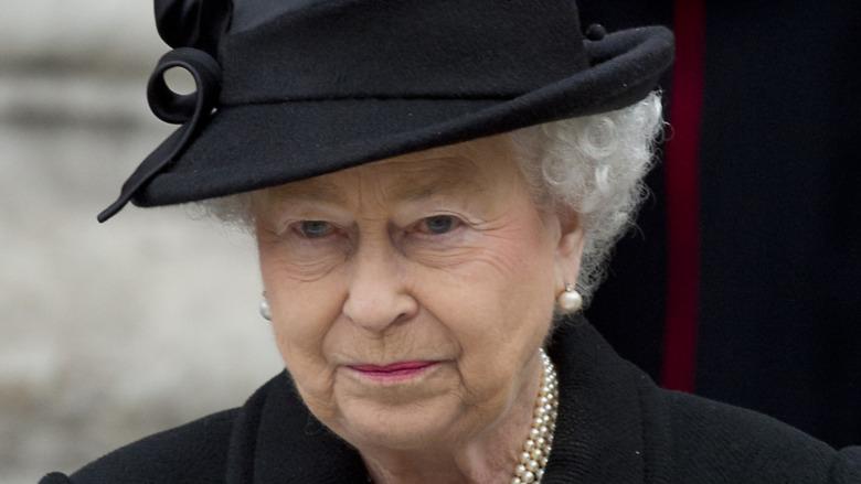 黒を着たエリザベス2世女王