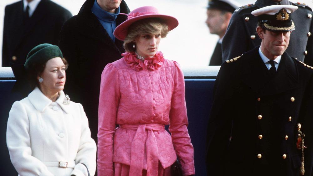 マーガレット王女、ダイアナ妃、チャールズ皇太子がポーズをとる