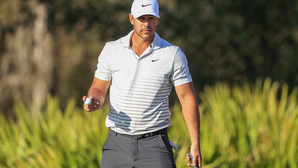 ゴルフボールを手に歩くブルックス・ケプカ