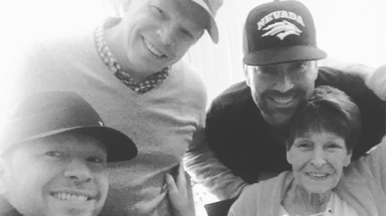 ママのアルマと兄弟のクレイグとスティーブと一緒にInstagramで自分撮りをしているドニー・ウォルバーグ