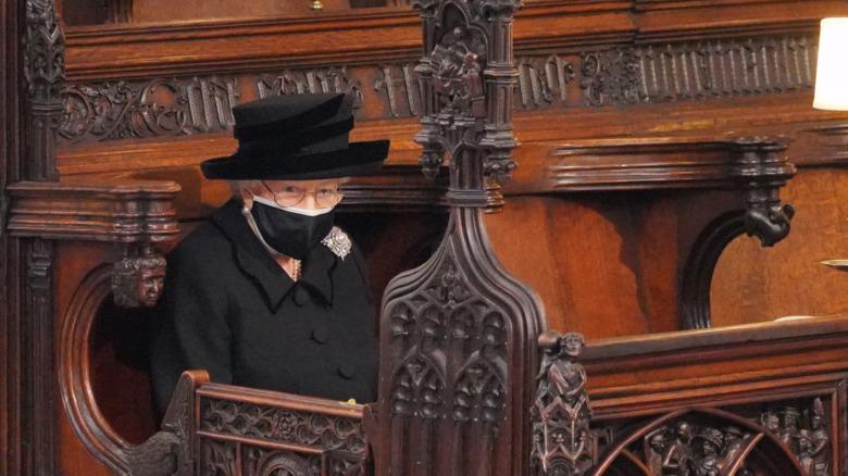 エリザベス女王はフィリップ王子の葬式の最中に会衆席に座ります