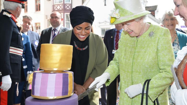 エリザベス2世女王が90歳の誕生日ケーキを受け取る