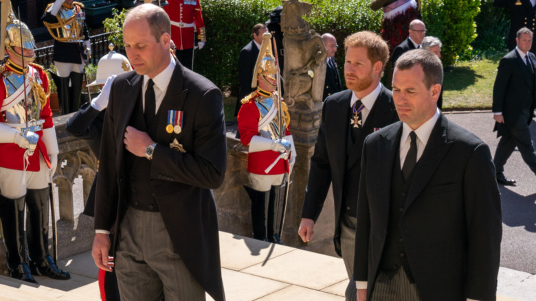 ウィリアム王子、ハリー王子、ピーターフィリップスが歩く