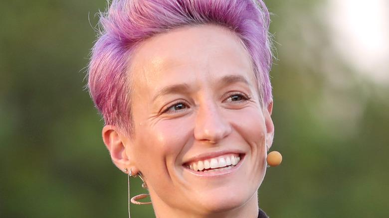 ピンクの髪を笑っているミーガン・ラピノー