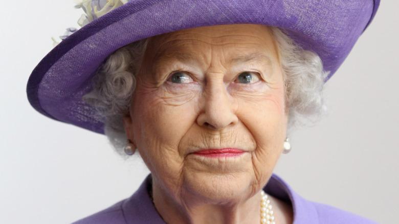 紫色の帽子をかぶったエリザベス2世女王