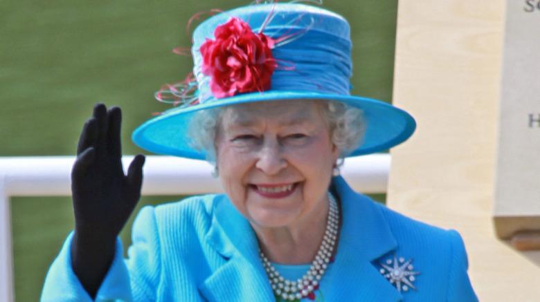 エリザベス2世女王が手を振っている