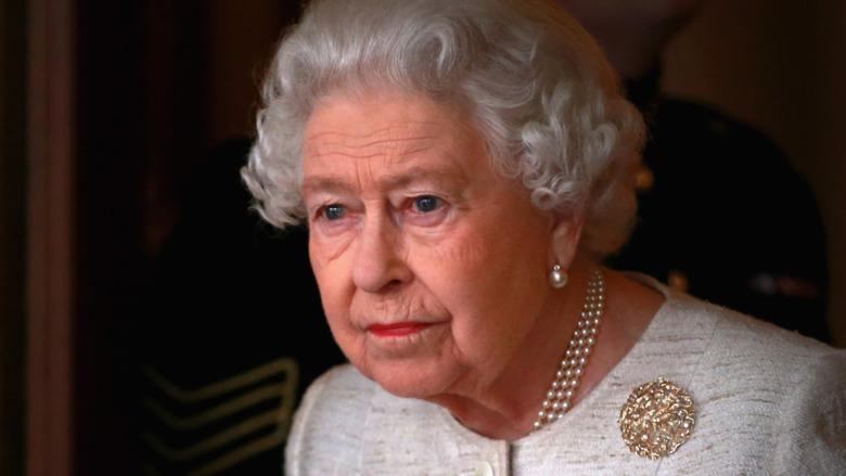 エリザベス2世が見つめている