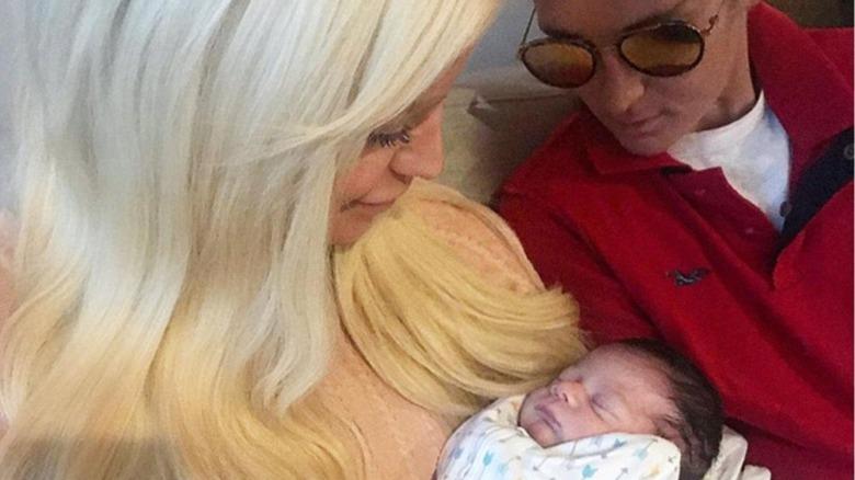 新生児を抱くジジ・ゴージャスとナッツ・ゲティ