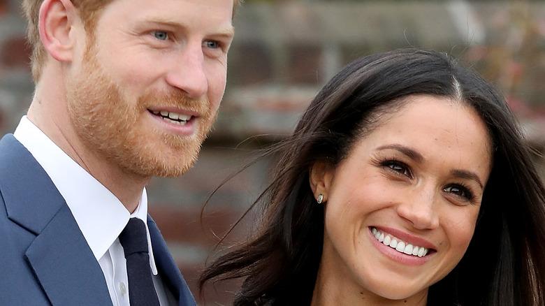 寄りかかるハリー王子とメーガン・マークル