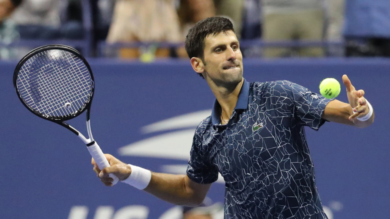 テニスをしているノバク・ジョコビッチ