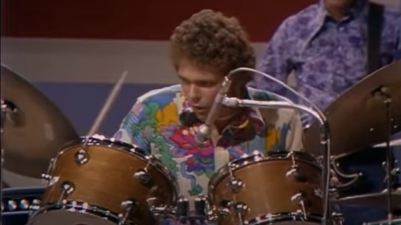 ジム・ゴードンがドラムを演奏