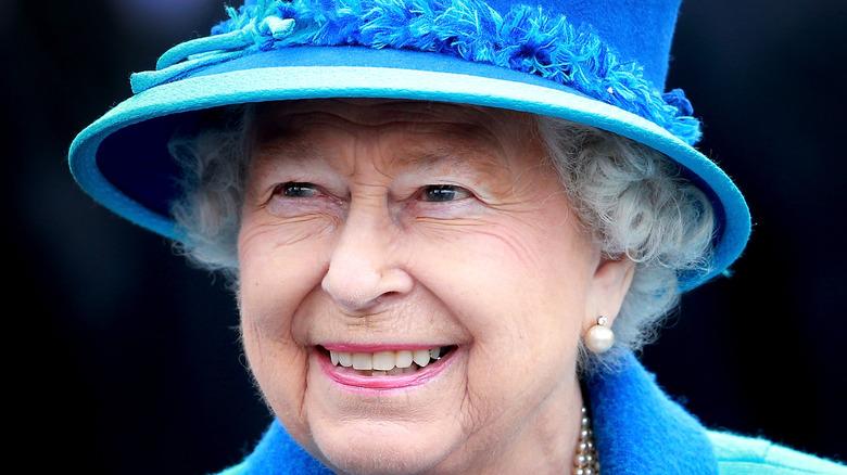 エリザベス女王の青い帽子