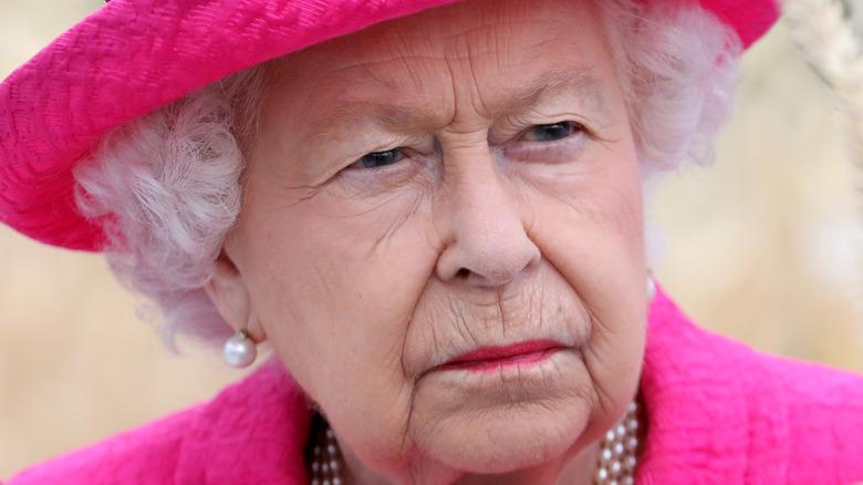不機嫌そうな女王