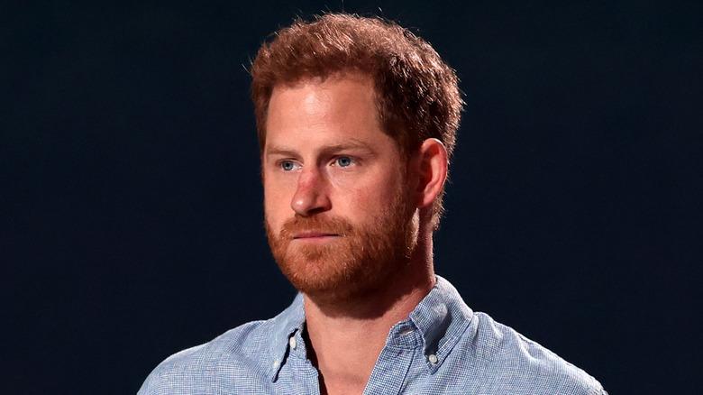 ハリー王子の青いシャツ
