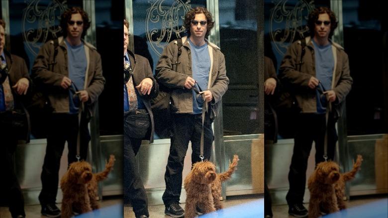 犬を散歩させるジェイソン・グールド