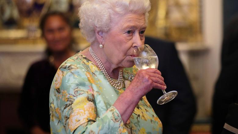 エリザベス女王、飲酒