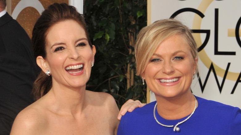 ティナ・フェイとエイミー・ポーラーが笑っている