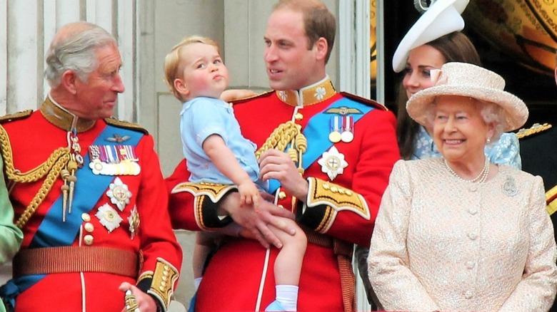 チャールズ皇太子、ジョージ王子、ウィリアム王子、ケイトミドルトン王子、エリザベス女王!! ポーズ