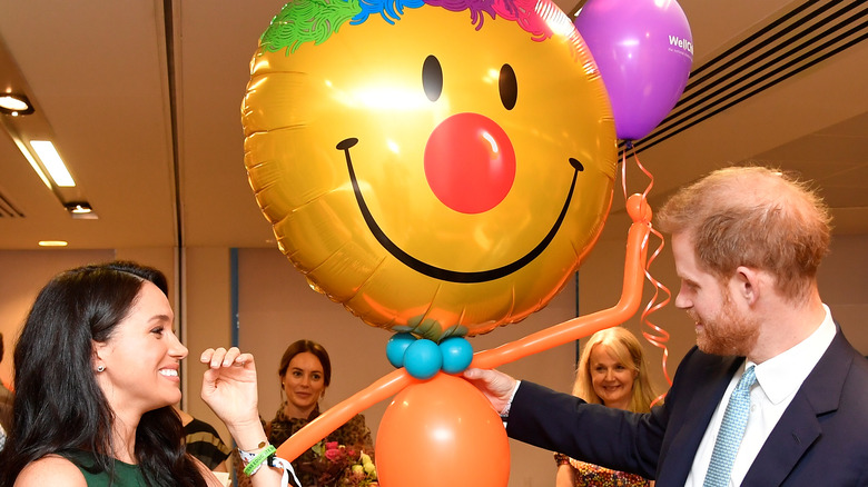 メーガン・マークルとハリー王子が風船に微笑んでいる