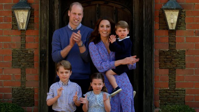 ウィルとケイトは子供たちと一緒に外で