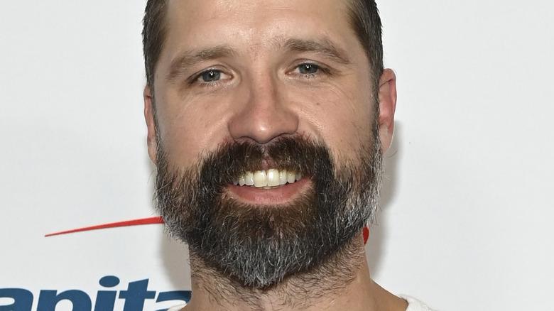 あごひげを生やして笑っているウォーカー・ヘイズ